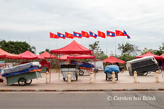 Before the work starts (10b travelling / Carsten ten Brink) Tags: 10btravelling 2016 asia asie asien carstentenbrink genericplaces iptcbasic lao laos laotian otherkeywords southeast southeastasia vientiane capital city flags market night river tenbrink