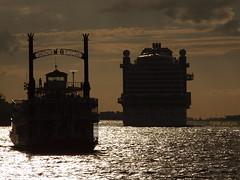 Auslaufen der AIDA prima (Ron Evers) Tags: hamburg haven hafen aida prima mississippi queen sunset sonnenuntergang zonsondergang gegenlicht tegenlicht elbe port