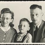 Archiv N605  Vater, Mutter, Sohn, 1940er thumbnail