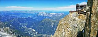 L'Aiguille du Midi (3842m) et la vallée de Chamonix, Haute Savoie, Alpes, France