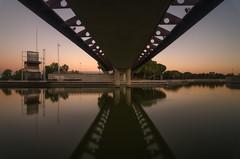 Reflejos. (Amparo Hervella) Tags: parquejuancarlosi madrid españa spain paisaje paisajeurbano agua puente atardecer reflejo largaexposición d7000 nikon nikond7000 comunidadespañola arquitectura