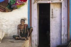 PATTADAKALL : VIE DE VILLAGE (pierre.arnoldi) Tags: inde india pierrearnoldi karnataka pattadakall photographequébécois portraitdefemme portraitsderue photoderue photooriginale