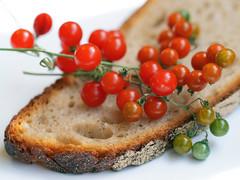 Brot und  Johannisbeertomaten (ingrid eulenfan) Tags: macromondays macro makro brot bread johannisbeertomate gemüse lebensmittel rispe solanumlycopersicumpimpinellifolium wildtomaten