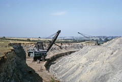 Excavator and dragline in Lodge Quarry, Irchester (TrainsandTravel) Tags: england angleterre ironstone ironore pierredefer eisenstein quarry carriere steinbruch northamptonshire irchester lodgequarry ransomesrapier 5360 strippingshovel rustonbucyrus43rb dragline