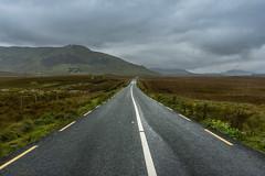 Sigue el camino - Follow the road (i.puebla) Tags: irlanda eire carretera road montañas mountains nubes clouds airelibre exterior paisaje landscape nikon d7200