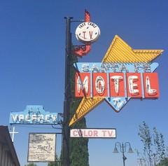 SANTA FE MOTEL TEHACHAPI CA. (ussiwojima) Tags: santafemotel motel arrowsign bulbsigntehachapi california neon advertising sign