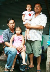 fathers and daughters (the foreign photographer - ฝรั่งถ่) Tags: two men motorcycle taxi drivers daughters holding khlong thanon portraits bangkhen bangkok thailand canon kiss