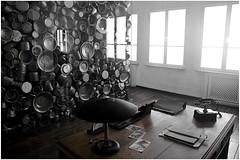 Ufficio di Schindler, Cracovia-Polonia (Livio Saule) Tags: polonia cracovia viaggio travel window bianconerocolorato pentole windows turismo