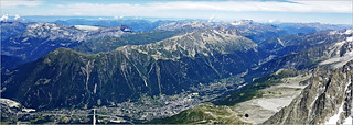 La vallée de Chamonix depuis la terrasse sommitale de l'Aiguille du Midi (3842m) Haute Savoie, Alpes, France