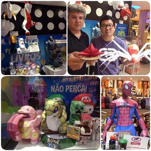 Djacir Pereira é um artista baiano que faz PAPERCRAFT que são esculturas de papel. Ele está expondo na livraria Leitura no Salvador Norte Shopping. Ganhei uma aranha de papercraft!!!  Levem seus filhos!!!  #papercraft #artecompapel #salvador