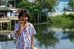 canalside preteen girl sends you peace (the foreign photographer - ฝรั่งถ่) Tags: jun62015nikon canalside preteen girl peace sign khlong lat phrao portraits bangkhen bangkok thailand nikon d3200