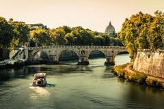 Tevere (Japo García) Tags: tíber tevere río fiume barca turismo puente sisto ponte roma italia cúpula san pedro vaticano árboles orilla ciudad curva estela