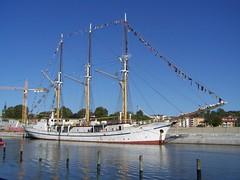 Grossherzogin Elisabeth (tompa2) Tags: fartyg grossherzoginelisabeth segelfartyg norrtälje uppland sverige sweden båt kran mast flaggspel kaj