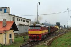 PPS 751 131 + fotogoederentrein by Durk Houtsma. - 2 Mei 2015 - Hier al eerder vertoond was de fotogoederentrein waar wij aan deelnamen in Slowakije. Nog maar een foto, nu uit Kremnické Bane alwaar de trein vertrekt naar Kremnica. Hier wordt de wisselwachter die aan deze zijde van het station zijn post heeft, gepasseert.