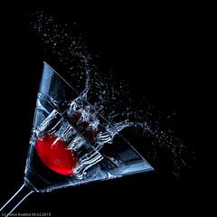 Kirschtomaten-Splash! (H.Roebke) Tags: color waterandlight abstrakt water abstract cocktail 2015 flash wasserlicht blitz cherrytomato makro highspeed rot drops macro farbe splash weiss schwarz dropondrop black tropfen canon7dmkii lightroom white kirschtomate