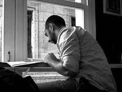 La hora del descanso (no sabemos cómo llamarnos) Tags: street streetphotography urbanphotography urban fotourbana fotocallejera leer lecteur lector photoderue bar coffee cafeteria cafeterie café reader read blancoynegro blackandwhite noiretblanc