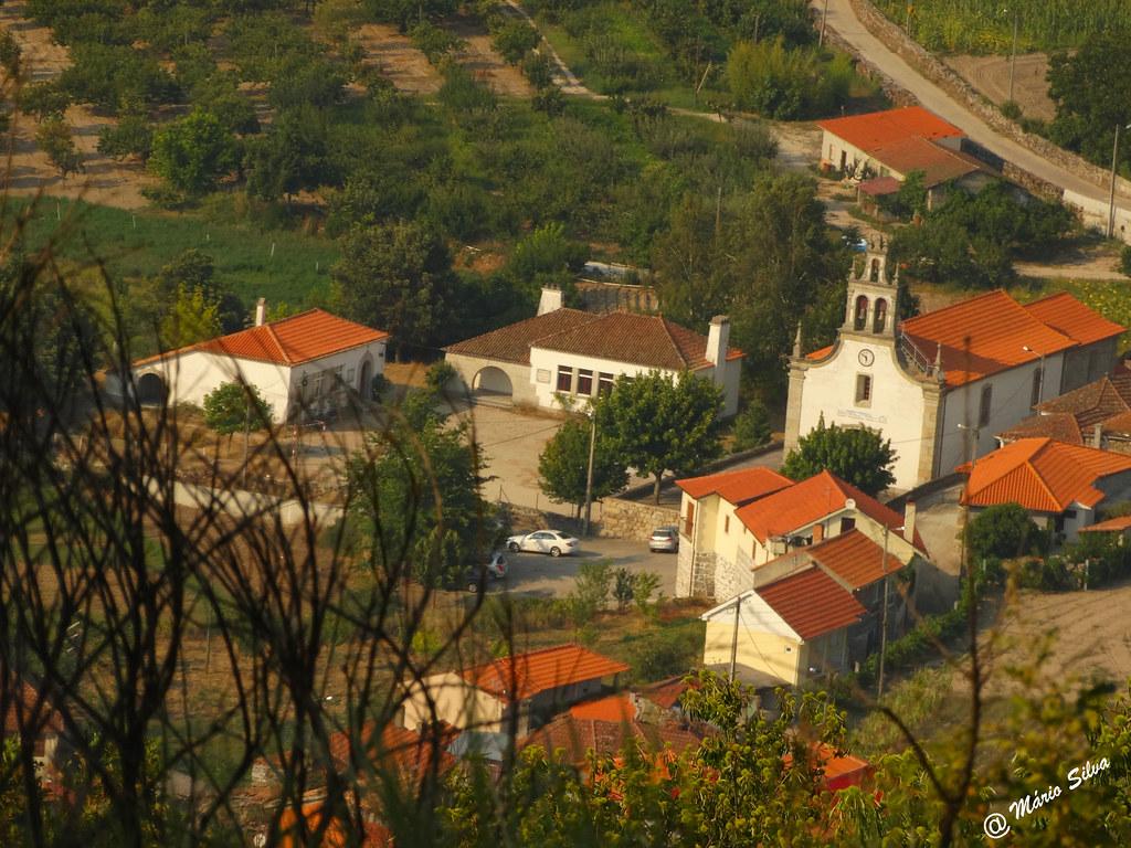 Águas Frias (Chaves) - ... a igreja matriz e a escola ...