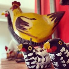 Cocóricó. #bomdia #galinhas #galinha #galinhademadeira #artesanatomineiro (fabriciabarcelos) Tags: artesanatomineiro bomdia galinha galinhademadeira galinhas