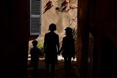 Silhouettes (nicolas-7878) Tags: nikonpassion 18200mm sigma nikond5500 nikon 3052 semaine30 projet52 contrejour lumièrenaturelle rayonsoleil lumière village rue ruelle trois personnes silhouttes