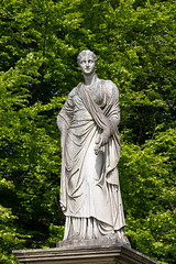 Statue by the trees (Carol Spurway) Tags: chatsworth house treasure houses england bakewell derbyshire statue chatsworthhouse treasurehousesofengland hha historichousesassociation hh historichouses