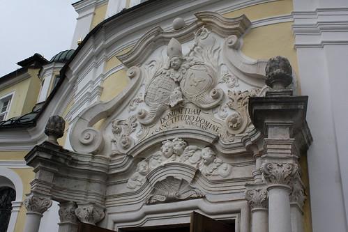 Fassadenschmuck über dem Hauptportal der Abteikirche St. Michael in Metten