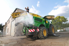 Cleaning | JOHN DEERE 8800i Forage Harvester (martin_king.photo) Tags: johndeere8800i forageharvester kemper kemper490plus 2018kemper490plus header cornheader johndeereharvestlab harvestlab newharvestlab harvestlab3000 harvestlab™3000 datamanagement posing shooting green yellow beast beastmachine sky clouds cloudyday corn mais maize maissilage2017 johndeere8800iforageharvester cornfield tschechischerepublik powerfull martinkingphoto machines strong agricultural greatday great czechrepublic welovefarming agriculturalmachinery farm workday working modernagriculture landwirtschaft machine machinery maisfieber maisfever hugemachine biggest strongest work