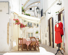 Locorotondo streets, Italy (gavin.mccrory) Tags: italy fashion dining europe summer 2017 nikon d5100 35mm red plants urban city centre center arch architecture