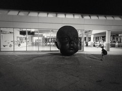 Head. (A.Ayuso) Tags: blackwhite blancoynegro blanconegro noiretblanc nocturna schwarzweiss streetshot strasse fotografiadistrada streetphotography strase bwstreetphotography thewaytothestreets streetphotgraphy strasenfotografie madrid atocha españa spain spanien bq android monocromático mobilephotography monumentosdemadrid monochrome