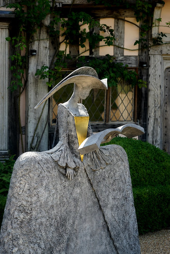 Statue at Pashley Manor ('Chanting Cimarosa' by Philip Jackson)