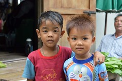 pals (the foreign photographer - ฝรั่งถ่) Tags: two boys friends pals man vegetables doorway khlong thanon portraits bangkhen bangkok thailand nikon d3200