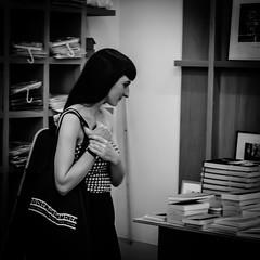 en librairie (jemazzia) Tags: intérieur inside livres books lecture blackandwhite noiretblanc