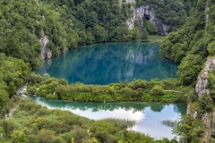 *Lower Plitvice Lakes @ the red umbrella* (Albert Wirtz @ Landscape and Nature Photography) Tags: landscape albertwirtz plitvice kroatien croatia hrvatska summer sommer lake see natur nature natura woodenwalkway umbrella redumbrella türkis turquoise water reflections spiegelung viewpoint aussichtspunkt felsen rocks korana slapplitvice slap waterfalls unesco unescoweltnaturerbe unescoworldnaturereserve nationalpark plitvičkajezera gorniajezera lowerplitvicelakes likasenj reflejos riflessi reflexos reflexions