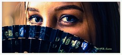 Miradas. El lenguaje del abanico. (mariadoloresacero) Tags: ilca68 sony mdacero retrato mirada ojos mujer azules rubia portrait regard yeux femme bleus abanico eventail