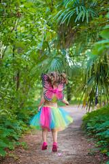 Saltando (Lorena Hoyos Fotografía) Tags: kida niños fotografía infantil retrato portrait fairy fairytale hada cuento capricho madrid