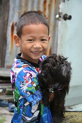 boy with his dog (the foreign photographer - ฝรั่งถ่) Tags: smiling boy colorfully dressed black long haired dog khlong thanon portraits bangkhen bangkok thailand canon kiss