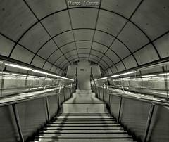 Santutxo (m@®©ãǿ►ðȅtǭǹȁðǿr◄©) Tags: bilbao bilbo vizcaya españa santutxo solokoetxe paísvasco metro transportepúblico líneametrobilbaosantutxo blancoynegro monocromo monocromático bw geometria simetria estructura arquitectura patrón líneas diagonal abstracto escaleras pasamanos hierro hormigón subterráneo subway luces sombras interior edifício plataforma andén bajandoalandén olympusepl1 zuikoed14÷42mmf35÷56 marcovianna marcoviannafotógrafo m®©ãǿ►ðȅtǭǹȁðǿr◄©