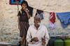 PATTADAKALL; IL N'Y A PAS DE FUMÉE SANS FEU (pierre.arnoldi) Tags: inde india canon tamron pierrearnoldi photographequébécois karnataka pattadakall photoderue photooriginale photocouleur photodevoyage portraitdhomme portraitsderue