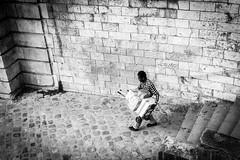 Ne pas se faire rouler (Maestr!0_0!) Tags: noir blanc black white rue street people candid paris quai javel chario diable charette canon eos 6d