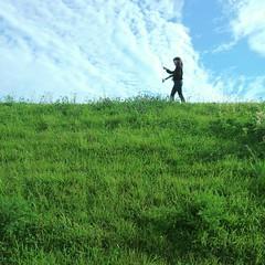 続いて映画「好きだ、」のロケ地にもなった大館市の米代川の土手へ!周囲をぐるっと山に包まれているのがわかる場所で土手を見上げると空が近いです。 『好きだ、』は、2003年大館市ほかで撮影 出演: 宮﨑あおい 瑛太 西島秀俊 永作博美 加瀬 亮 監督: 石川 寛 音楽: 菅野よう子 2005年ニュー・モントリオール国際映画祭 最優秀監督賞 本日SOOに参加のS-DREAMさんはドローンとGoProとスタビライザーKarmaGripで大館の魅力や暮らしを撮影しました! 映像は映像素材として大館市の事業に活用して
