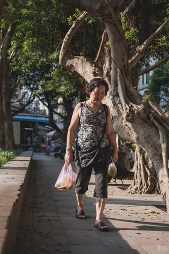 """某日看完了電影""""台北星期天""""後,想跟著劇情節晴光市場晃晃,拍拍移工們的生活,不過似乎來錯時間了,移工們沒拍到,倒是拍到了歐巴將的日常。"""