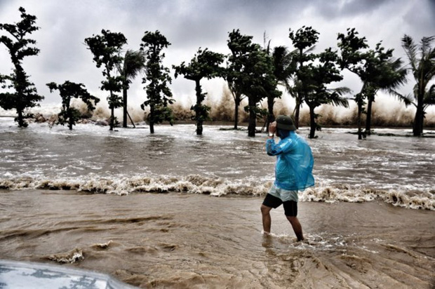 [ẢNH] Bão số 10 vào bờ: Bãi biển Sầm Sơn tan hoang trong sóng dữ - Ảnh 11.
