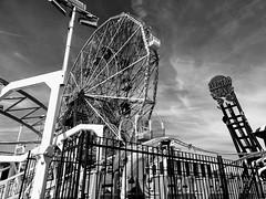 Coney Island (52er Bild) Tags: ferriswheel riesenrad carousel karussell bw black white udosteinkamp vergnügungspark brooklyn new york coney island fun electro spin wonderweel amusementpark amusement denos monochrom