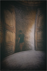 Condenado al purgatorio - Condemned to purgatory (josansaru) Tags: josesantiago fotografiacreativa josansaru nikonistas nikon d90 movimiento moving barrido color puerta escalera bajar persona gente monasterio sanjuandelapeña huesca