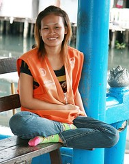 pretty motorcycle taxi driver (the foreign photographer - ฝรั่งถ่) Tags: pretty motorcycle taxi driver sitting cross legged khlong thanon portraits bangkhen bangkok thailand canon kiss