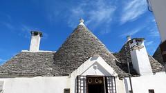 IMG_2540 - i trulli di alberobello (molovate) Tags: bari puglia tafme patrimoniounesco volate casa abitazione popolare cultura turismo valleditria tetto fumaiolo ardesia comignolo