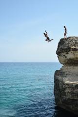 Quell'istante in cui la mente pensa alla gravità della terra mentre il corpo sa già di volare - Gravity. (sinetempore) Tags: quellistanteincuilamentepensaallagravitàdellaterramentreilcorposagiàdivolare gravity mare sea adriatico salento puglia cocadellapoesia roca tuffo plunge dip