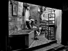 Old Delhi - TV après une journée de travail. (Gilles Daligand) Tags: inde india olddelhi travailleurs workers repos rest tv nuit night soir noiretblanc bw monochrome panasonic gx7 nightsbestimages