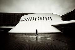 Le Havre 2017 Place Oscar Niemeyer (Elisa.z) Tags: 1022mm 2017 architecte architecture canon70d lehavre levolcan nb normandie oscarniemeyer silhouette streetphotography