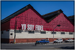Cuba 2016 - Santiago de Cuba - Yo Soy Fidel (Ulster79) Tags: architektur auto fahrrad farbe himmel architecture bicycle bike car color industry outdoor sky street transportation urban santiagodecuba cuba cu