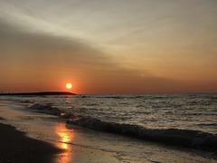 Sonnenaufgang 🌞 (Blende2,8) Tags: wellen wellenbrecher wolken himmel meer sonnenaufgang italien iphone